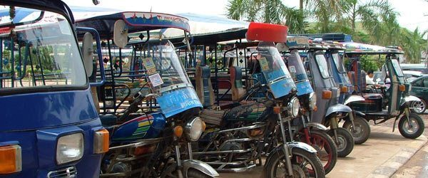 Lokal transport med Tuk-tuk></p> <h2>Taxi, tuk-tuk og rickshaws</h2> <p><strong>Det kan være en udfordring, at skulle køre med taxi, tuk-tuk og rickshaws i mange lande. Nogle chauffører er notorisk berømte for at ville snyde dig. Behold altid roen, når du forhandler om prisen, og husk af ofte er det værste der kan ske, at du kommer til at betale for meget.</strong></p> <p><a href=