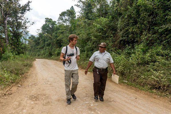 Mads snakker med den lokale politimand i Lanquin ©Backpackerne
