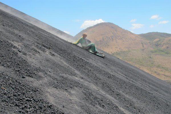 Camilla kælker ned af Cerro Negro vulkanen i Nicaragua ©Backpackerne