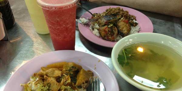 Maden kan være meget stærk i Thailand og det er altid en god idé at spørge, om de forskellige retter, som du bestiller er stærke eller ej.