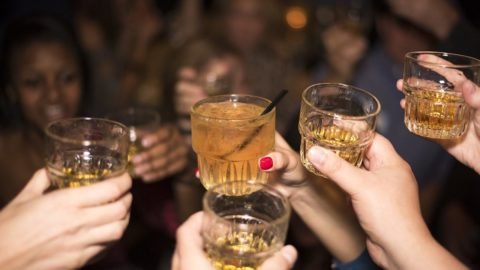 Spar penge på byture og alkohol på rejsen – her er 8 gode råd